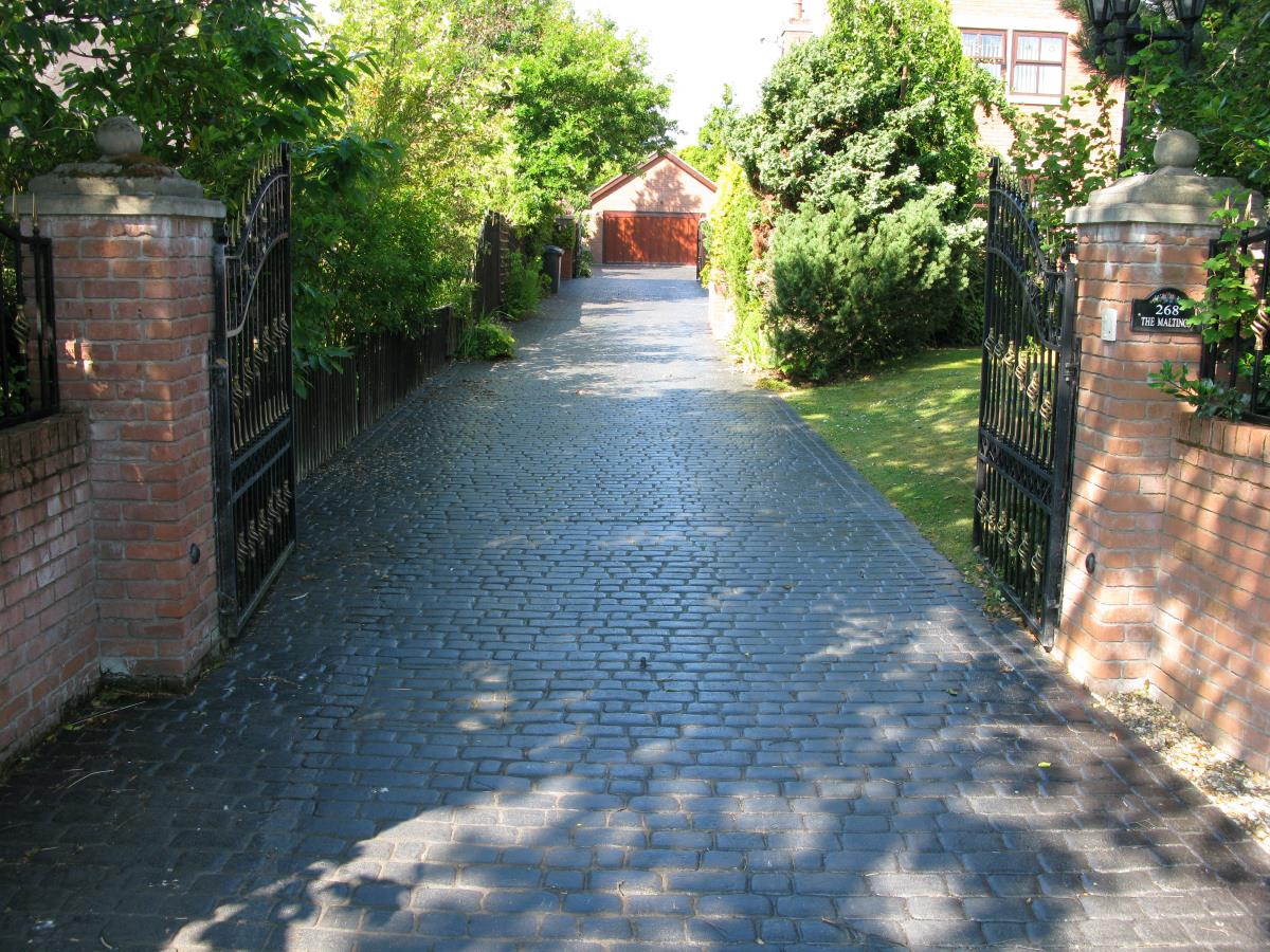Mews coblestone concrete driveway in stone grey installed to a property in Southport, creating an authentic cobbled effect.