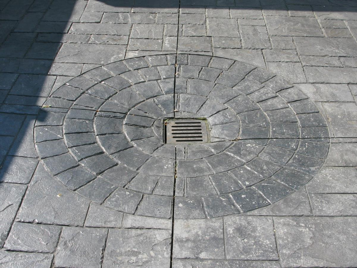 Example of incorporating drainage into a circle inset using stone grey cobble edges at a household in Poulton-le-Fylde, Lancashire