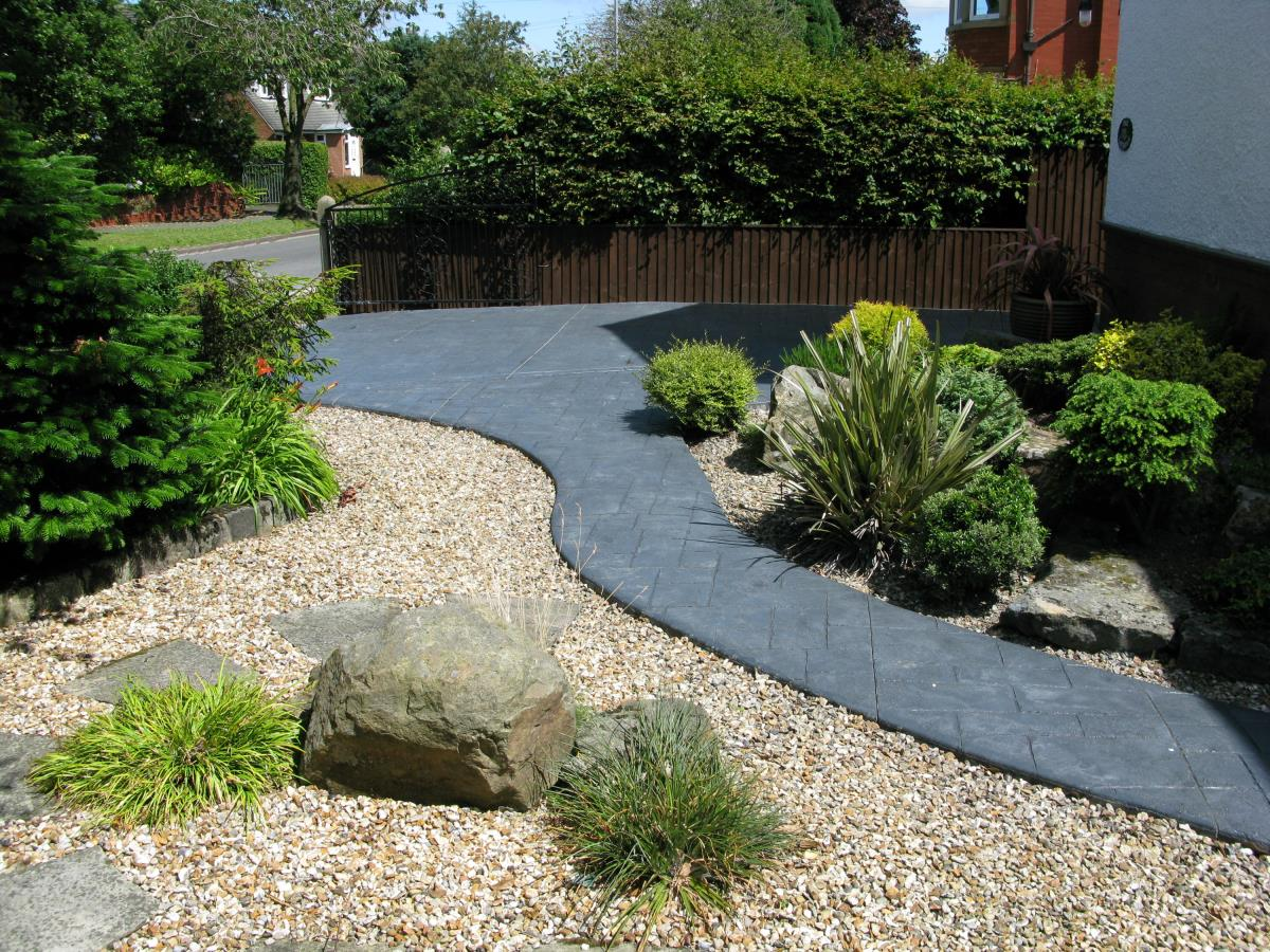 Northern cobblestone driveways blackpool concrete for Cement garden paths